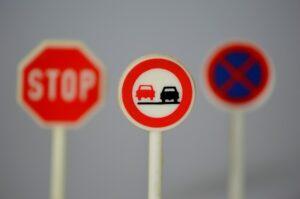 Vous croiserez différents panneaux sur les routes, il faut savoir les interpréter